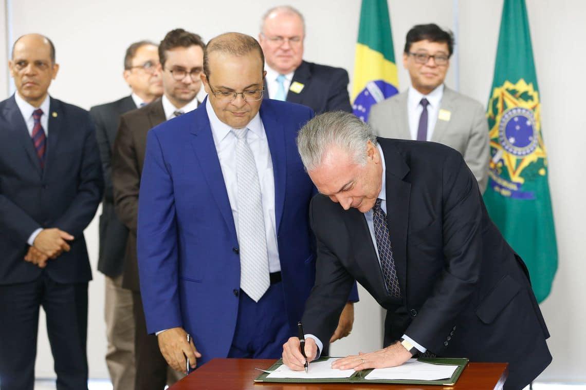 Presidente Michel Temer ao lado o governador eleito do DF, Ibaneis Rocha.