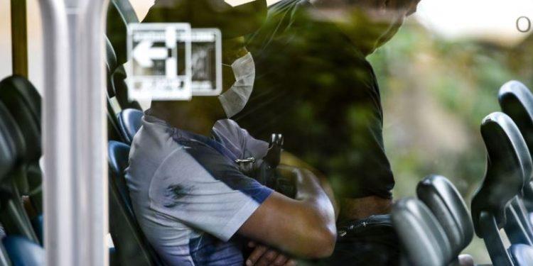 Usuário  do transporte público do DF, aderem ao uso de máscaras descartáveis por precaução contra o coronavírus
